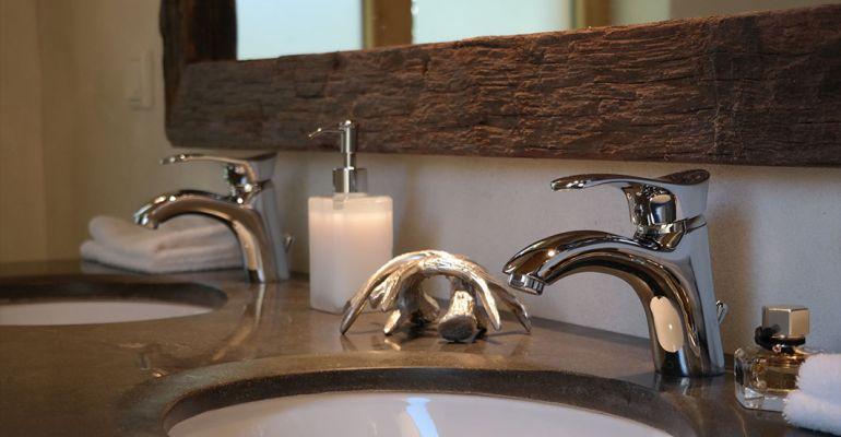 00015-romantik-huette-schanze-am-rothaarsteig-ansicht-anrichte-badezimmer-waschbecken-oben1CA55890-E70D-32FD-2FDE-74DF75054477.jpg